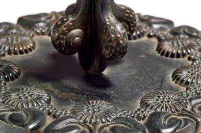 ARMAND-ALBERT RATEAU (1882-1938) Lampe «Escargots» en bronze à patine brune nuancée...