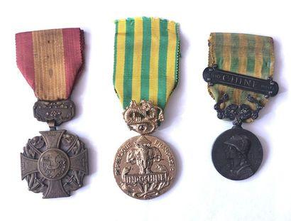 FRANCE Ensembles de trois médailles : - une...
