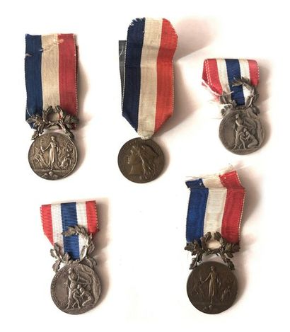FRANCE Ensemble de cinq médailles : - Deux...