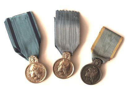 FRANCE Ensemble de trois médailles : - Une...