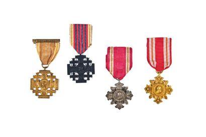 VATICAN Deux croix et deux médailles : Deux...