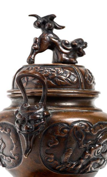 JAPON - Epoque MEIJI (1868 - 1912) Brûle-parfum tripode en bronze à patine brune,...