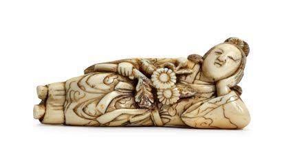 JAPON - Epoque EDO (1603 - 1868) * Netsuke en ivoire, femme allongée, les cheveux...