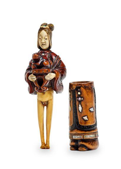 JAPON - Epoque EDO (1603 - 1868) * Grand netsuke en bois et ivoire, jeune femme les...