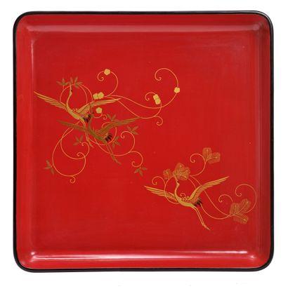JAPON - XXe siècle Paire de plateaux carrés quadripodes en laque rouge et noire,...