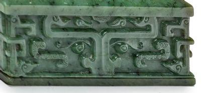 CHINE - XXe siècle Boite de forme carrée en néphrite verte sculptée d'une fleur à...