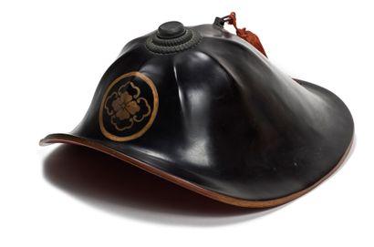 JAPON - XXe siècle Jingasa en laque noire à décor en hiramaki-e de laque or d'un...