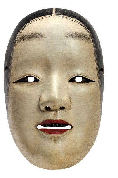 JAPON - XXe siècle Masque de Nô en bois, gofun et pigments, Zo Onna la bouche légèrement...