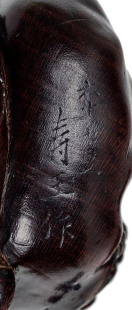 JAPON - XIXE SIÈCLE Netsuke en bois, Shoki assis, l'air patibulaire, tenant dans...