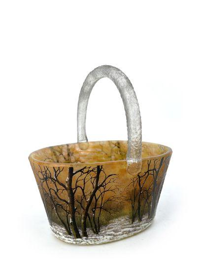 DAUM Nancy Petit panier en verre multicouche à décor dégagé à l'acide d'un sous-bois...