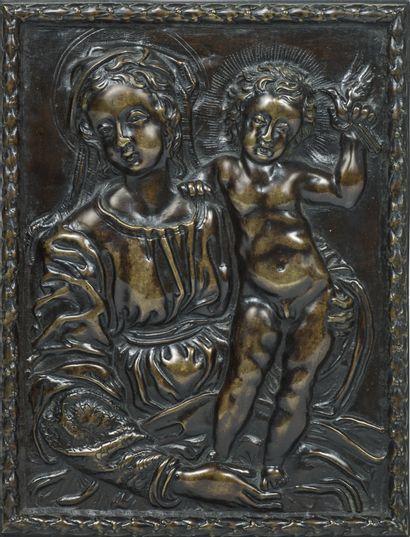 Plaque en bronze à patine brune représentant...