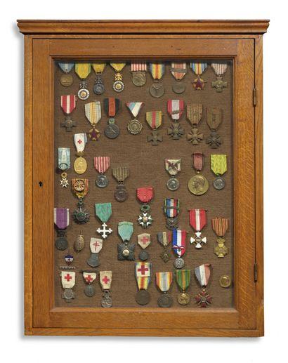 Cadre contenant un ensemble de 43 médailles...