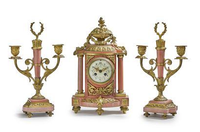 Garniture de cheminée en marbre rose et bronze...