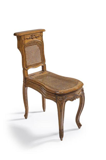 Chaise de commodité en bois mouluré et sculpté...