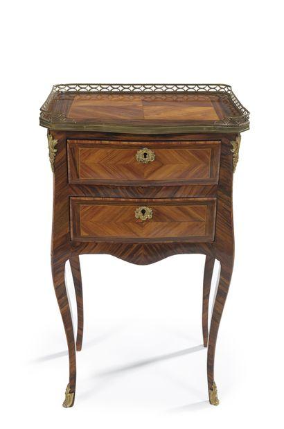 Table chiffonnière de forme galbée en bois...