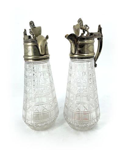 Paire d'aiguières en cristal taillé et métal...
