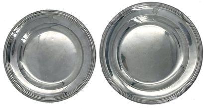 Deux plats ronds en argent, à un décor de...