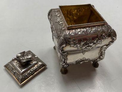 Jolie boite en argent partiellement doré finement ciselé, gravé et repoussé à motifs...