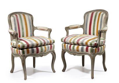 Paire de fauteuils cabriolet en bois sculpté,...