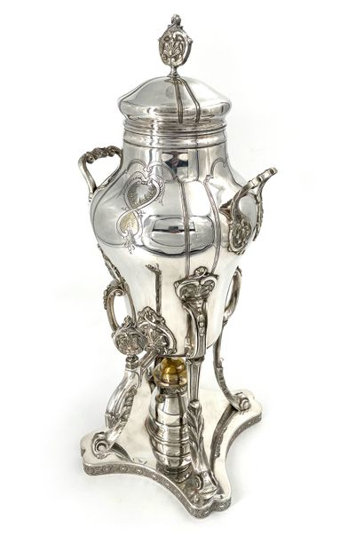 Samovar en métal argenté à décor de coquilles...