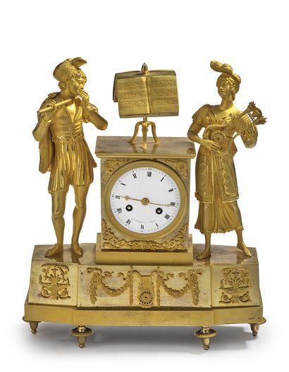 Pendule en bronze doré à décor d'un couple...