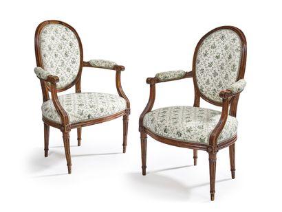 Paire de fauteuils cabriolet en bois naturel...