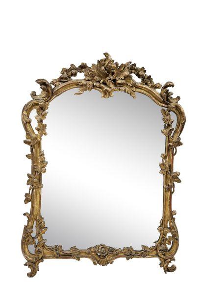Miroir en bois sculpté et doré à riche décor...