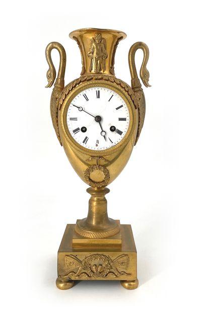 Pendule en bronze doré de forme de vase ovoïde...