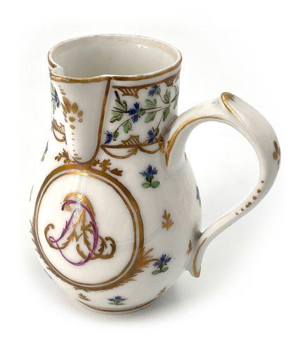 BORDEAUX Ensemble comprenant un pot à lait (H. 11,5cm) un pot à sucre couvert (H....