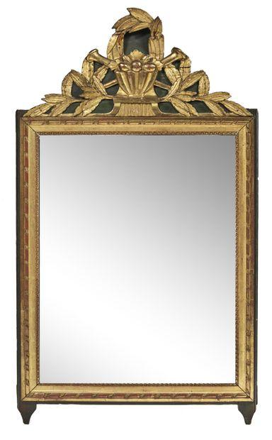 Miroir à fronton à décor d'une corbeille...