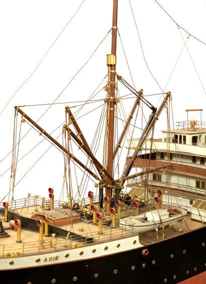 Maquette d'armateur Le Cargo Asie en bois et métal construit pour la compagnie maritime...