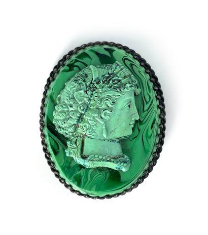 Broche en malachite à décor d'un profil de...