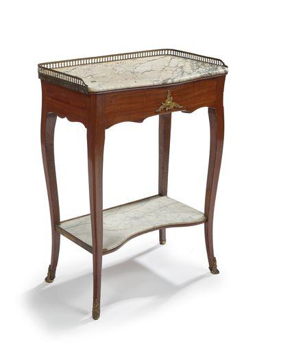 Table chiffonnière légèrement galbée en palissandre...