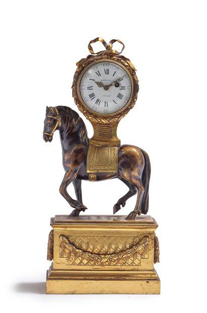 Pendule au cheval en bronze doré et patiné....