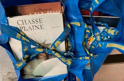 Lot de livres dans deux sacs dont chasse,...