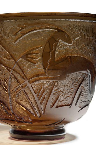 DAUM NANCY FRANCE Important vase en verre épais teinté noir à décor en creux dégagé...