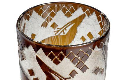 DAUM NANCY FRANCE Vase rouleau en verre épais teinté noir à décor en creux dégagé...