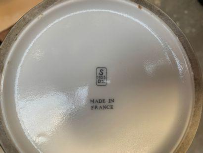 Manufacture nationale de SÈVRES Important pot couvert forme «Ormesson» en porcelaine...