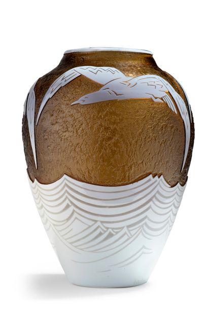 DAUM NANCY FRANCE Mouettes Exceptionnel vase en verre épais teinté noir et blanc...