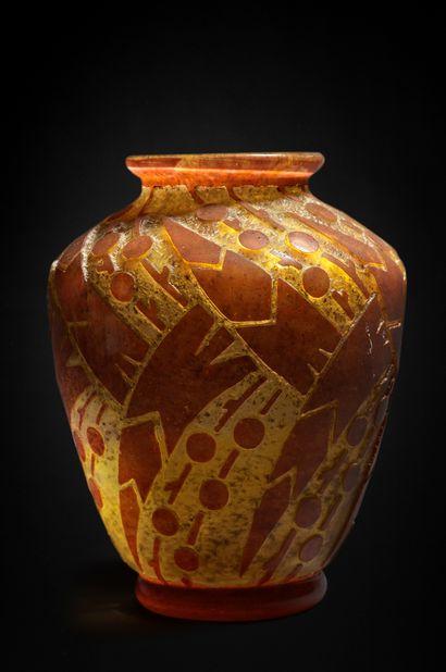DAUM NANCY FRANCE Vase en verre épais orangé à décor en creux dégagé à l'acide de...