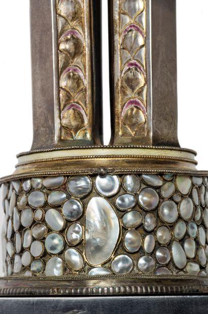 Philippe OBERLE (1877-1950) * Rare coupe sur piédouche en argent. Fût à quatre colonnes...