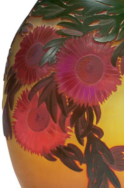 ÉTABLISSEMENTS GALLÉ Important vase à pansé bombée en méplat et col pincé en verre...