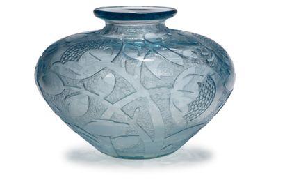 DAUM France Vase en verre épais teinté bleu à décor de motifs floraux stylisés en...