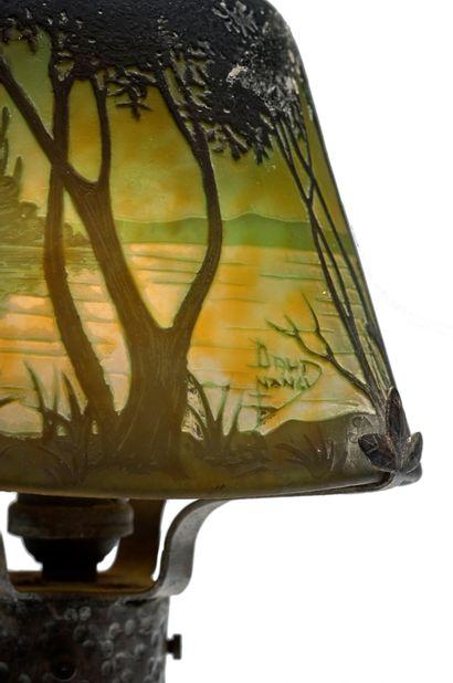 DAUM Nancy Lampe de bureau en verre doublé à décor dégagé à l'acide d'un paysage...