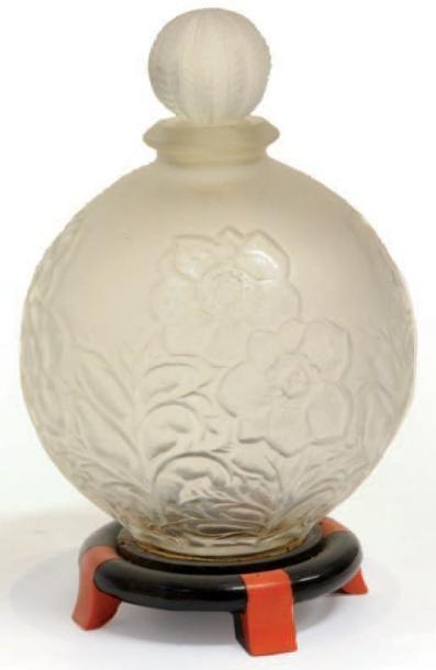COTY « A Suma ». Flacon en verre blanc dépoli, panse sphérique présentant un relief...