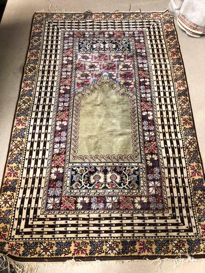 Tapis en laine  214 x 133 cm env.  usure...