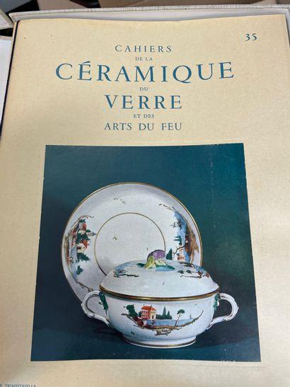 Quatre coffrets « Les cahiers de la céramique » comprenant seize revues