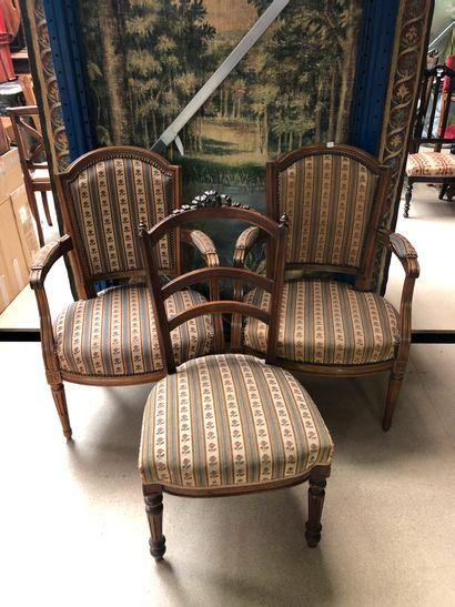 Deux fauteuils en bois naturel, dossier chapeau...