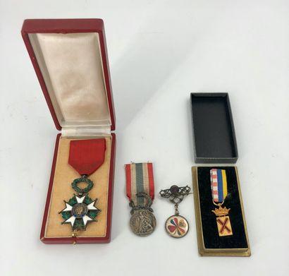 Lot de décorations et souvenirs militaires...