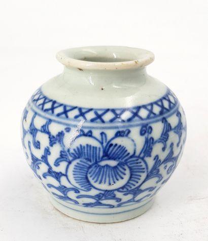 Petit vase en porcelaine  Chine  H.7 cm